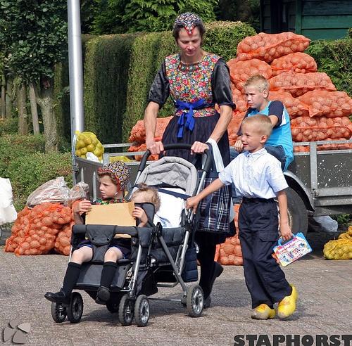 Tradycyjna staroholenderska wies Staphorst, via Flickr. #Overijssel #Staphorst