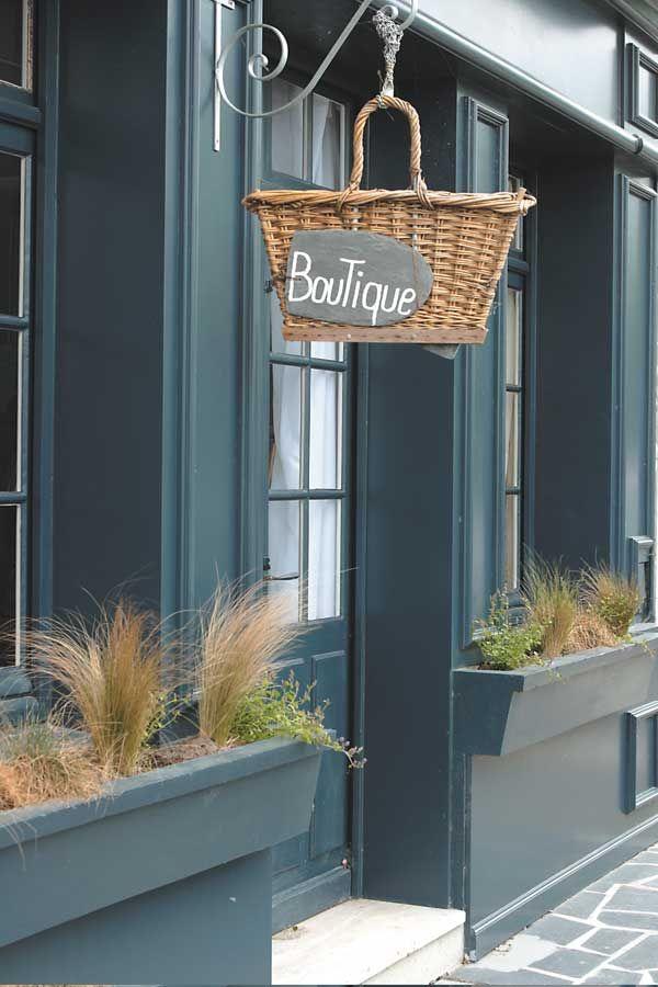 Vorrei un negozio così, vorrei lavorare col sorriso e un grembiule di lino. Una campanella alla porta e il buongiorno ogni mattina..