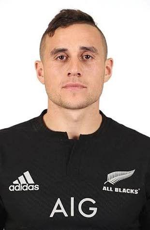 Player halfback 9              (TJ PERENARA)