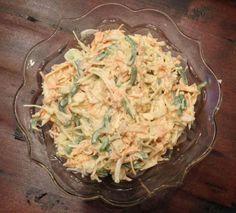 Lahana, havuç, elma, soğan ve yeşil biberle yapılan lezzetli bir salata tarifi. Özellikle haşlanmış patatesin yanına çok yakışır. Buzdolabında birkaç gün dayanır.