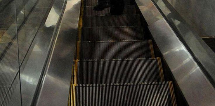 Muere mujer atrapada en escaleras eléctricas en China