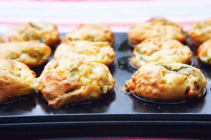 Hartige muffins met courgette en feta. Recept: http://www.slowfoodies.nl/gezond/hartige-muffins-met-geitenkaas-en-courgette/