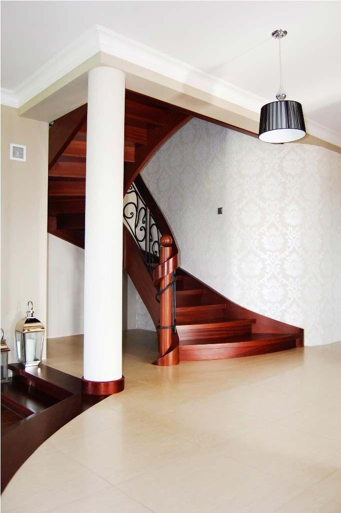 Schody gięte drewniane, marka: Prudlik. Schody wewnętrzne w salonie.