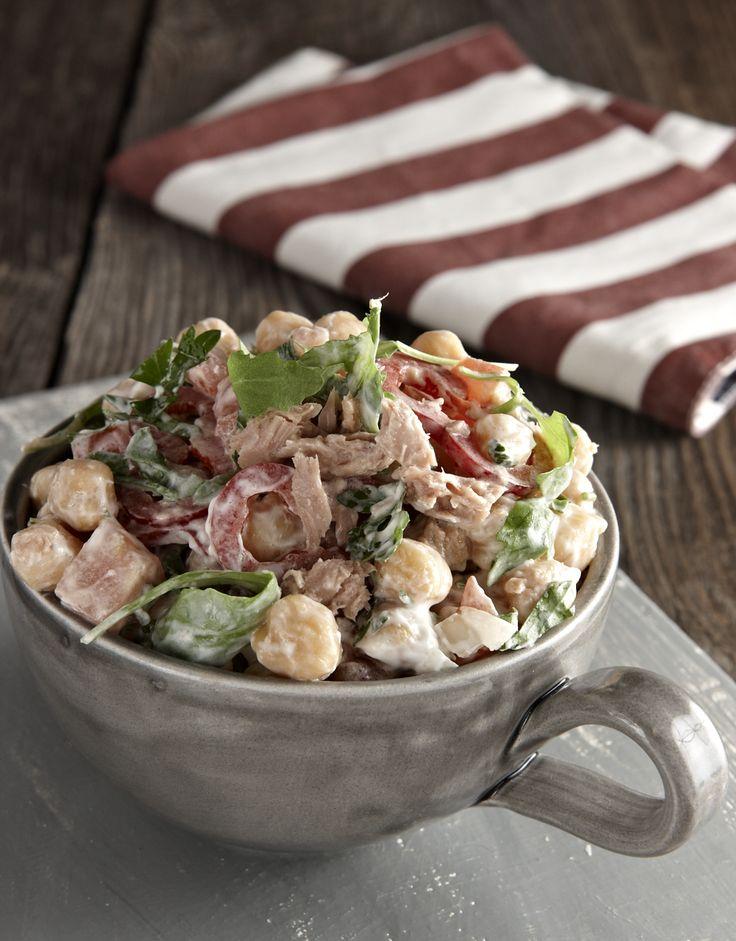 Τρώγεται σαν σαλάτα αλλά και σαν κυρίως πιάτο, το οποίο μπορείτε να φτιάξετε και την τελευταία στιγμή αν φροντίσετε να έχετε βρασμένα ρεβίθια μέσα σε ένα σακκουλάκι στην κατάψυξη.