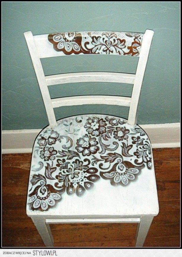schilderen,sjableren etc, erg leuk om meubels te verfraaien en vernieuwen oi Leonie, je zoekt een paar mooie taartonderleggers (blokker, hema oid) of andere sjablonen en die leg je op de stoel. Maak ze wel vast! Dan spuit je de delen waar de sjablonen liggen en verf je de rest van de stoel. Succes!