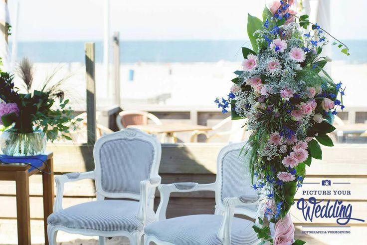 Bloemen aan prieel, ceremonie decoratie #strand #bruiloft #dechibeach