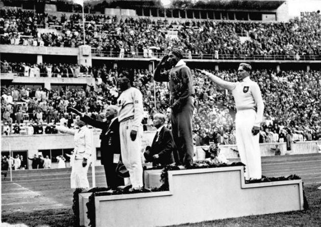 Jesse Owens en lo más alto del podio en los Juegos Olímpicos de 1936 (Wikimedia commons)