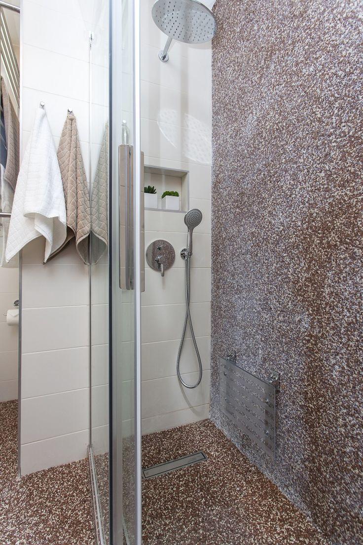 Nový sprchový kout má i sedátko a madla/ kamenný koberec