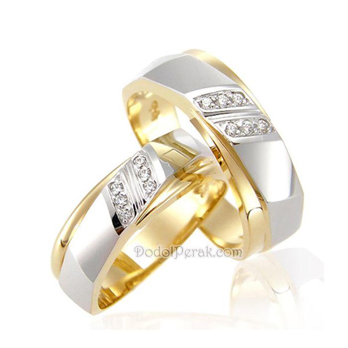 Cincin Kawin Cielko merupakan Cincin Kawin berbahan perak dengan desain elegan, ornamen yang cantik dan dipermewah dengan beberapa hiasan batu bulat.  Finishing akhir kombinasi gold dan silver glossy dilapis rhodium. Cocok untuk Cincin Kawin, cincin nikah, cincin tunangan model simple maupun hadiah/kado cincin.