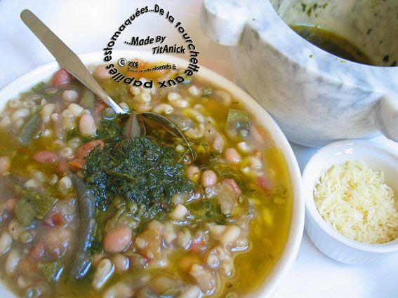 La soupe au pistou est une recette provençale (soupo au pistou) dont voici la version que j'ai concoctée en fonction de ce que j'avais sous la main! Il existe plusieurs variantes à cette recette... ce qui suscite bien des débats autour des ingrédients...