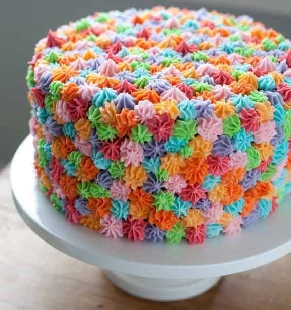 Pastel con decorado de colores ideal para cualquier ocasión casual
