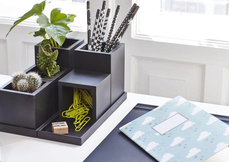 Brug vores små bakker og multi former til opbevaring på skrivebordet.