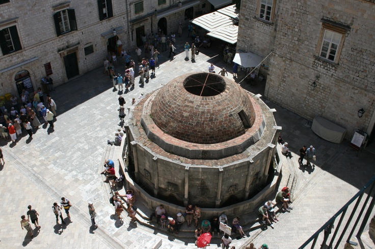 Onofrion suihkulähde on hyvä tapaamispaikka. The big Onofrio's fountain is a good place to set a date. #Dubrovnik