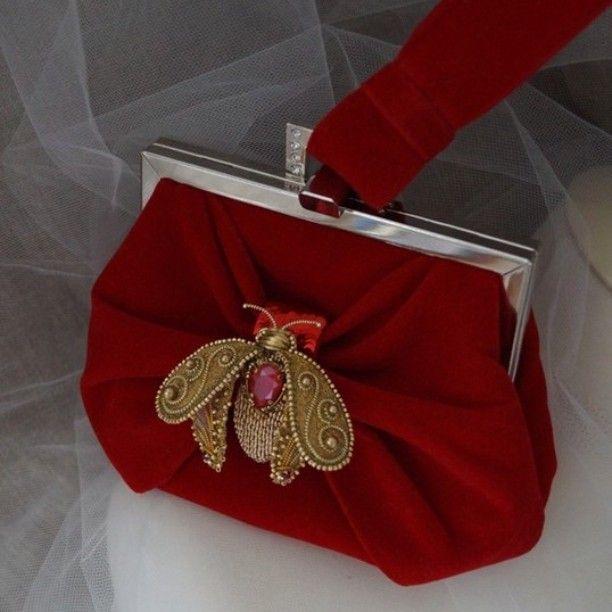 Красная сумочка с золотой королевской пчелой из моей коллекции Royalbood. Сумочка на ручке-петельке, поставила еще цепочку-внутри сумочки. Размер 16*13, но вместительная. Пчелка-ювелирная вышивка, объёмная, можно изменить положение крылышек. В центре кристалл сваровски Royal  Red, брюшко золотое, расшито канителью, много каратного бисера и золотых ниточек. Крылышки с золотистым жемчугом сваровски. В наличии. #театральнаясумочка #fashionembroidery #моднаясумка #женскаясумка #redbag #bags…