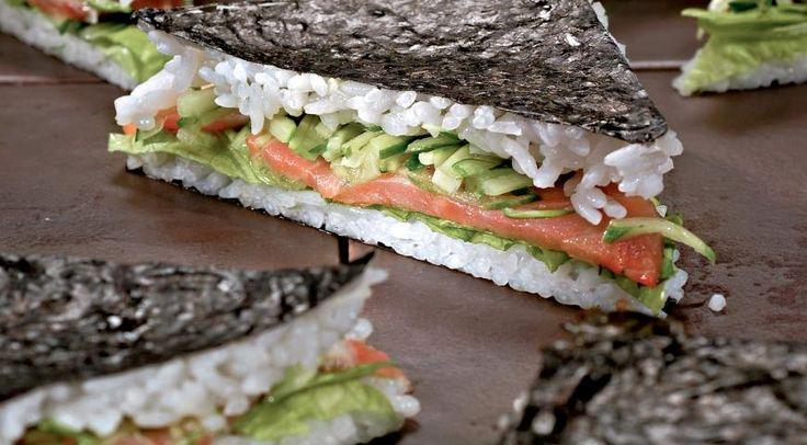 Бутерброд-суши2,5 стакана вареного клейкого риса 2 ст. л. воды 2 ст. л. белого винного уксуса 1 ст. л. сахара 2 листа нори 8 ломтиков слабосоленого лосося 1 огурец