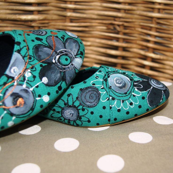 Malované balerínky květované Ručně malované botičky, balerínky, plátěnky ... nikdo nebude mít stejné, do kavárny nebo k moři. Ručně malované motivem květů, barva tmavší zelená - smaragdová Nezbytná součást originálního botníku - vel. 41 ihned skladem Tip na bezva dárek! Jedná se o novou obuv. Mrkněte i na další botky a trička v mém obchůdku, třeba narazíte ...