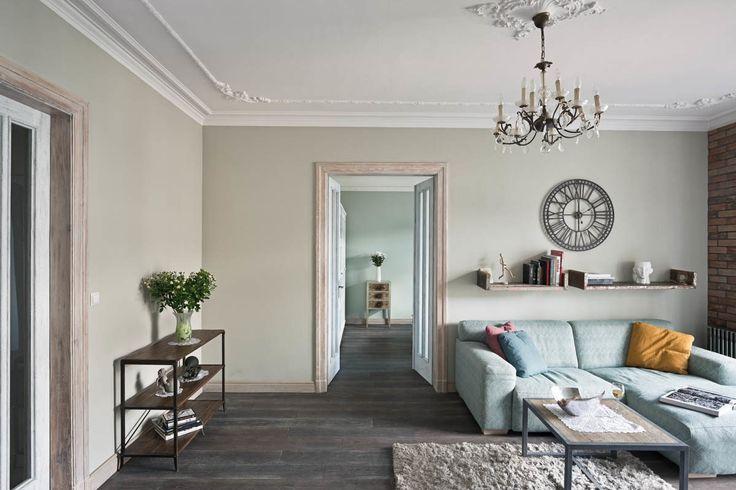 Apartament na Mokotowie – salon. Foto: Rafał Nebelski | tryc.pl #interiors #salon #shabbychic #oldhause #sofa #interiordesign #homedecore