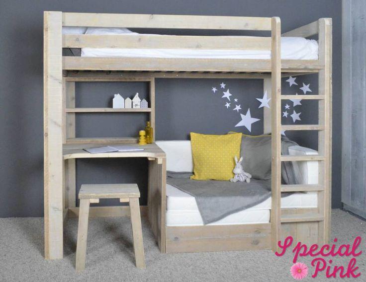 Een hoogslaper waarbij de ruimte onder het bed op een wel heel inventieve wijze is ingevuld.