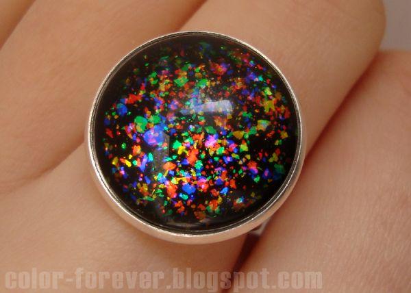 Lakierowa biżuteria: tęczowy pierścionek