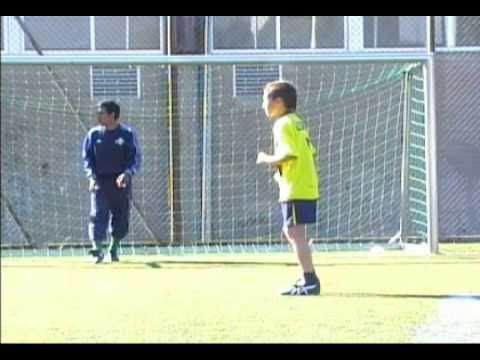 Anche se il calcio mi sta sulle balle, l'allenamento di questo mostrino di 11 anni è una poesia.