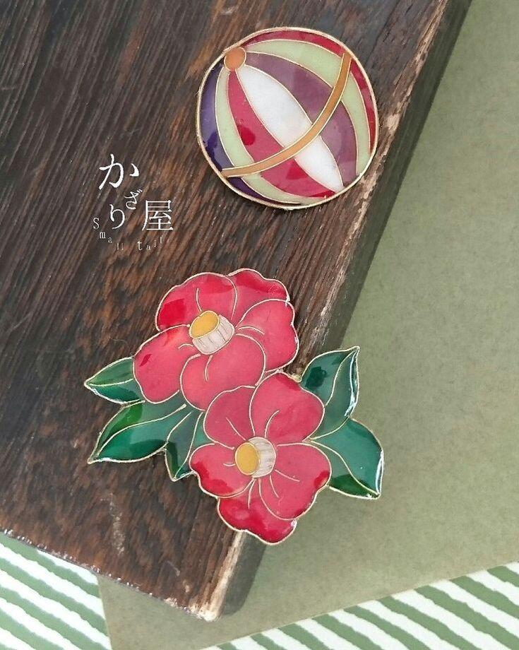 〜冬手鞠と紅椿のブローチセット〜 . . こんにちはスモールテイルです(*´ω`*) 冬のお出かけにぴったりなブローチセットのご紹介です🎍 冬に一際彩りを放つ赤い椿と、それに合わせた色で鞠を作りました( ´∀`)✨こんな感じの着物の色目ありそうだな〜とか思いました🍵 . 真冬の雪のちらつく京都とか遊びに行きたいですねぇ…とてつもなく寒そうですが☃😅 #ハンドメイドアクセサリー#ブローチ#和風アクセサリー#冬のアクセサリー#レジンアクセサリー#ワイヤー#冬#日本の冬#椿#鞠#手鞠#古都#和#睦月#如月#ゆく年くる年