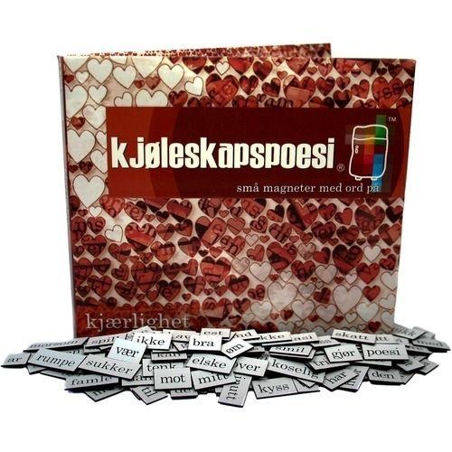 Kjøleskapspoesi Kjærlighet, kjøleskapsmagneter,er en klassiker, som i over tiår har prydet kjøleskap i mange hjem.Pakken inneholder 360 magneter med ord og deler av ord, som du kan feste på ditt kjøleskap eller på andre metallflater. Ordene kan settes sammen til morsomme beskjeder og ordspill. Denne pakken inneholder magneter med kjærlighetsord. Bruk den til egne kjærlighetsdikt, eller gi den som gave til noen du liker.&nb...