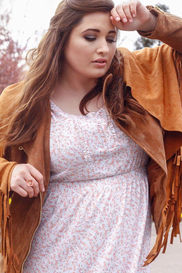 Das Kleid und die Lederjacke ergeben einen schönen Stilbruch