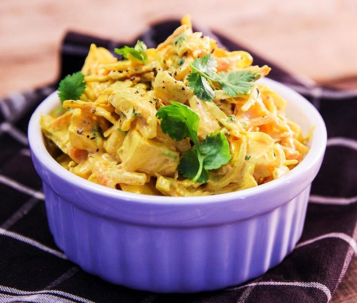 Detta recept på gyllene coleslaw med mangosmak smaksätter du med curry, het srirachasås och en halv kruka koriander. En lite exotisk variant på coleslaw som lyfter vilken grillkväll som helst. Testa till exempel med grillad kyckling!