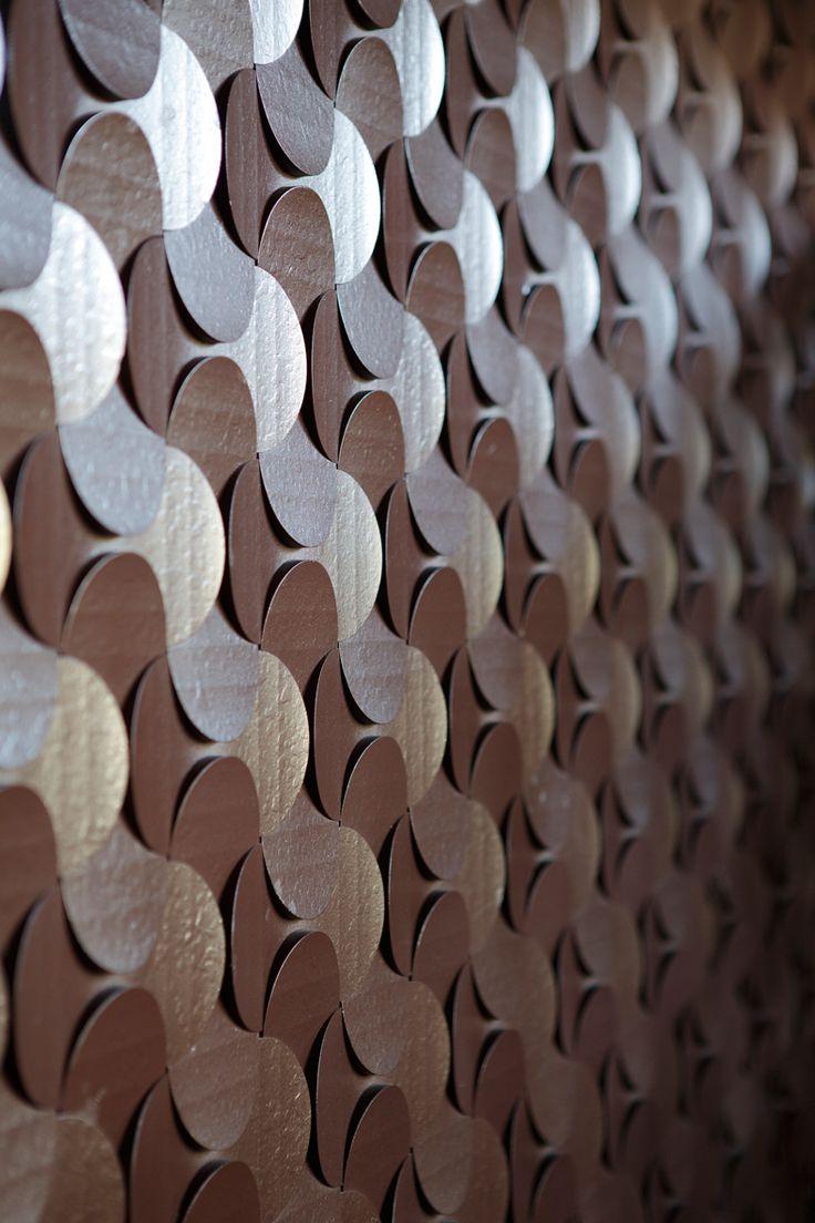 Dimple Shade / 不燃の内装用デザインパネル / 飲食店の壁面へ立体的なピースを組み合わせることでオリジナルの内装仕上げを実現。「箱根寄せ木細工」をイメージした幾何学模様を組み合わせています。