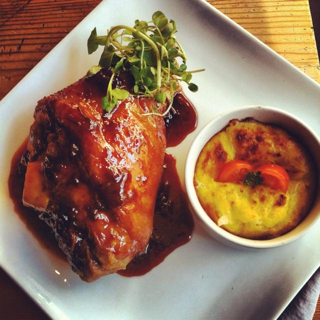 Pernil crocante de cerdo en salsa de ciruelas con pastelera de choclo al queso azul