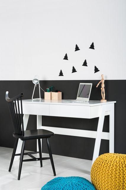 Klasyczne, białe biurko do pokoju dziecinnego. <br/>Zajmuje niewiele…