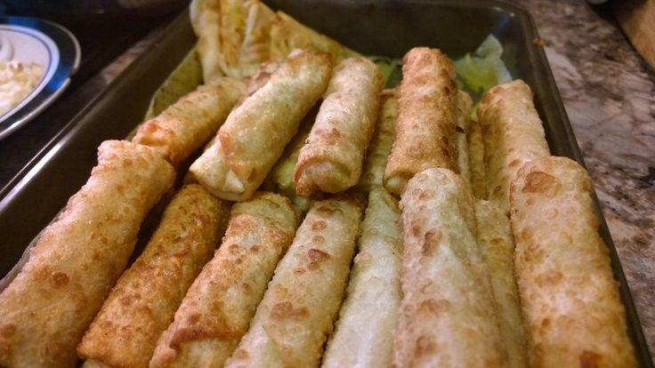 Rollos de huevo frito:  Pasta de rollo de huevo Zanahorias Condimentos chinos Col de napa Cebollas Aceite de oliva