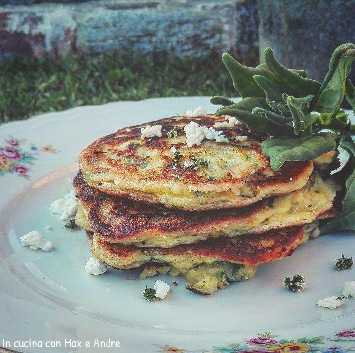 Pancake salati con zucchine ricotta e spinacino - Mondare e privare la zucchina delle estremitàm e grattugiare grossolanamente. Lavare le foglie...