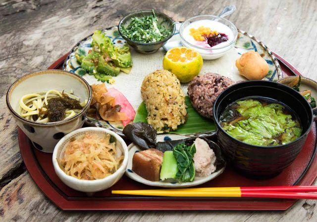 100年続く暮らし方。おばあの食卓を伝える沖縄・大宜味村〈笑味の店〉|沖縄県 大宜味村|「colocal コロカル」ローカルを学ぶ・暮らす・旅する