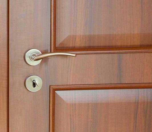 Furnierte Türen können Sie wie Holztüren streichen, wenn Sie die Besonderheiten berücksichtigen. Hier erhalten Sie eine umfassende Anleitung.