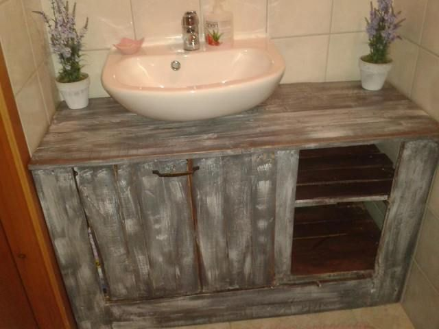 17 best ideas about pallet bathroom on pinterest rustic for Pallet bathroom vanity