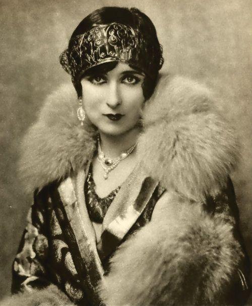 Mildred Harris, 1926 • Boutique située 18 rue Victor Leydet - 13000 Aix en Provence ☀ Contact au 04 42 64 03 60 • #pochette #wedding #retro