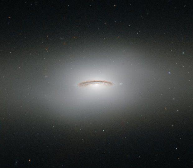 W tym roku obchodzimy już 24. rocznicę umieszczenia Kosmicznego Teleskopu Hubble'a na orbicie Ziemi. A jest to urządzenie zasłużone. To właśnie dzięki niemu naukowcy dokonali wielu przełomowych odkryć, dzięki którym mogli lepiej poznać wszechświat. Wszystko przez to, że teleskop ten ma znaczącą przewagę nad podobnymi urządzeniami umieszczanymi na Ziemi. Nie jest on bowiem podatny na skutki tzw. zanieczyszczenia świetlnego. Zdjęcia z tego teleskopu to jednak nie tylko wielka pomoc dla ...