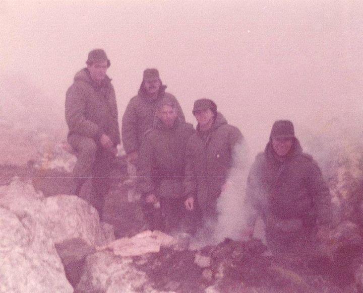 De izquierda a derecha: Soldado Minutti, Sargento Echeverra, Sarg 1ro Corbalán, Subteniente La Madrid, Soldado Roldán. - Regimiento de Infantería 6, Monte Dos Hermanas, Junio 1982.