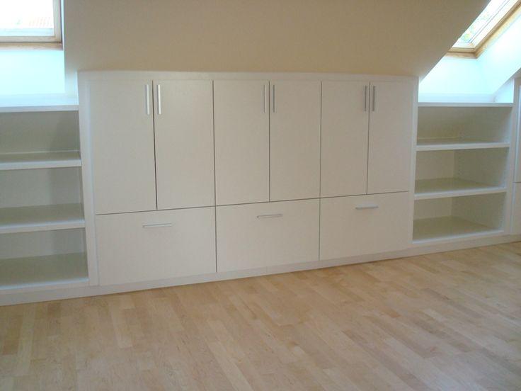 Ausbau eines Dachgeschosses zum Büro und Gästezimmer. Alle Möbel weiß lackiert. Optimale Ausnutzung der Dachschräge durch Schubladen in verschiedenen Tiefen. Große Staufläche durch Schränke.