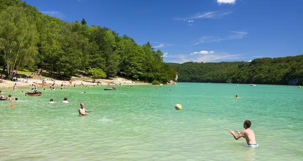 Lac de Vouglans, plage du Surchauffant | Jura - France | Crédit photo : Stéphane Godin/Jura Tourisme | #JuraTourisme #Jura