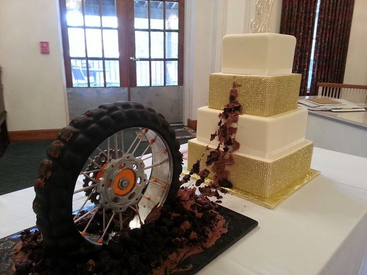 Muddy Dirt Bike tire wedding cake with gold bling. 1378229_601669803224052_167470430_n.jpg (960×720)