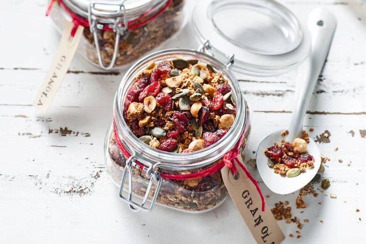 Granola - Recept - Allerhande | Superontbijt: yoghurt met krokante granola. Deze versie met kokos en cranberry's maak je heel makkelijk zelf. i.p.v.zonnebloemolie kokosolie gebruiken