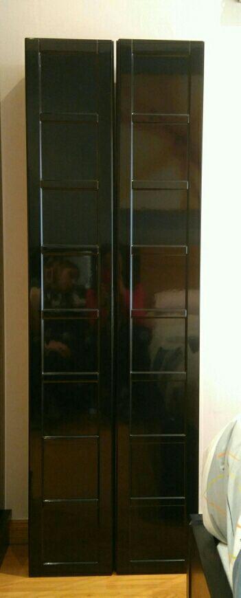 15€ gijón 2 armarios de Ikea. Medida de cada uno altura 147cm, ancho 24cm y fondo 19cm. Acabado puerta negro brillante. Lo mejor, es que ya están montados!!! El precio no es por cada uno de ellos, son los dos juntos.
