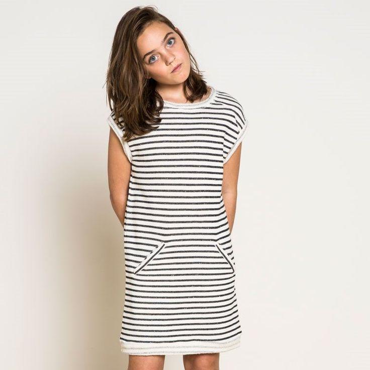 Stoere meisjes jurk gemaakt van dunne, zachte sweatstof. De girls sweatdress heeft een klassiek streepje maar door het model en de stof is hij sportief.