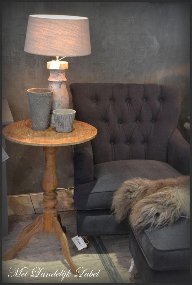 Prachtige wijntafel met een rond blad van oud teakhout. Staat erg mooi naast een fauteuil of de bank. afm: 50×76 cm (diameterxh) Kom langs in onze woonwinkel of bezoek onze webshop.