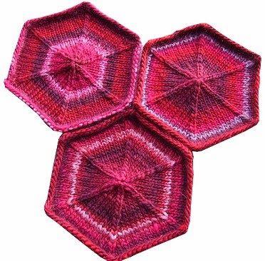 Van buiten naar binnen :   Over 3 naalden opzetten 30 steken per naald en zet op iedere naald een markering in het midden (15e steek om...