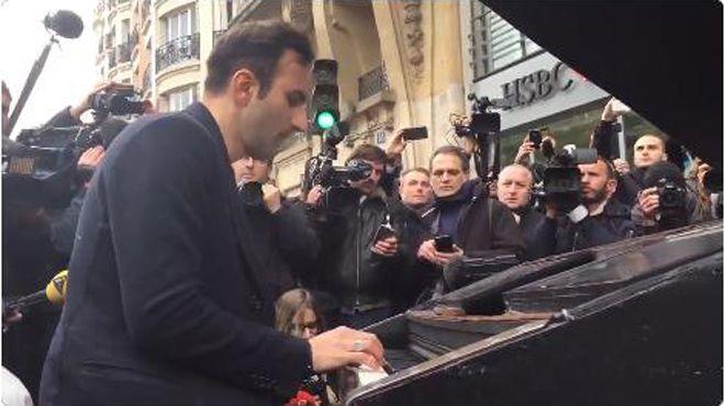 Un homme a installé son piano devant le Bataclan et a rendu un bel hommage aux victimes de l'attentat en interprétant Imagine de John Lennon. Un réponse émouvante face aux violences de la nuit dernière.