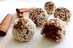 Goda rawfoodbollar med smak av mandel, kanel och kardemumma. Ett nyttigt alternativ till kanelbullar och perfekt för den som inte tål gluten. Dessutom mjölk-