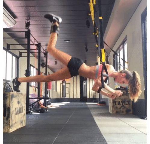 sport les mouvements exercices TRX du mannequin Izabel Goulart muscler ses jambes